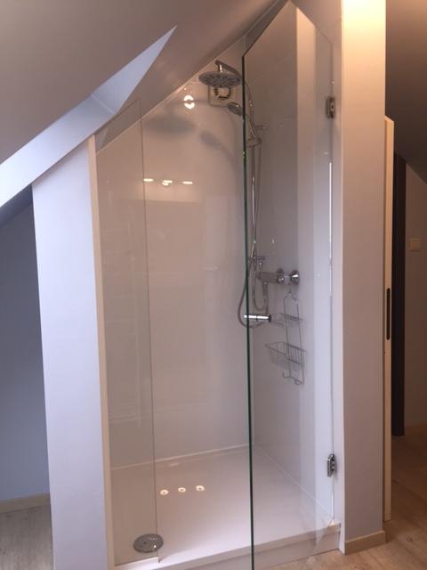Siroco - Douches - Porte de douche dans une pente de toit